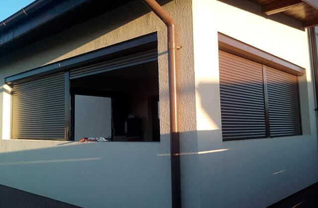 Jaluzele exterioare sunt ideale pentru controlul temperaturii, dar si a luminii din interiorul camerei. Sunt potrivite atat pentru case, cat si pentru apartamente. Datorita caracteristicilor, rulourile exterioare pot inlocui cu usurinta vechile obloane din lemn care adesea, sunt foarte greu de intretinut si prezinta o rezistenta scazuta la factori exterior (ploaie, inghet).